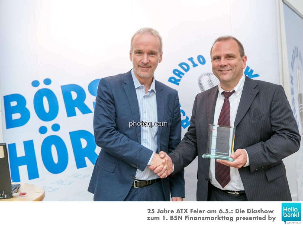 Christian Drastil (BSN) gratuliert Michael Laufenberg (Oddo Seydler) zum Number One Award 2015: Grösster ausländischer Market Maker an der Wiener Börse, © Martina Draper/photaq (07.05.2016)