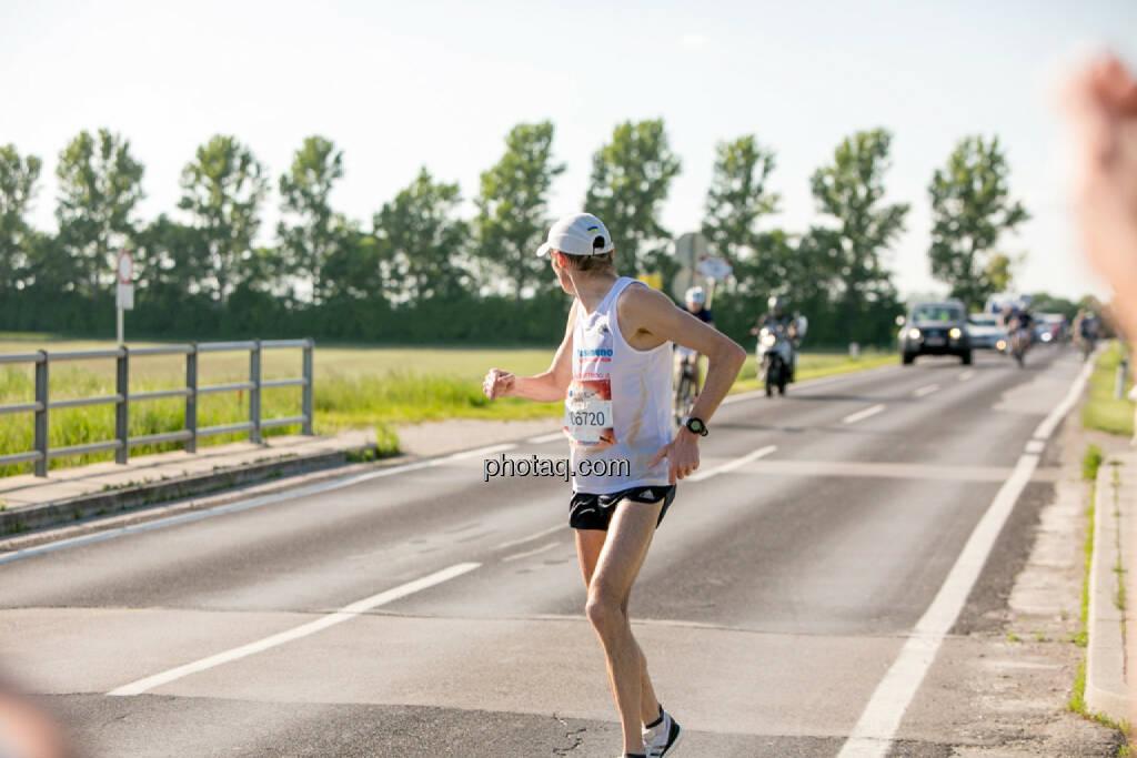 Evgenii Glyva, Sieger Österreich Wings for Life Worldrun 2016, umdrehen, zurück, zurück schauen, Rückblick, © Martina Draper/photaq (08.05.2016)