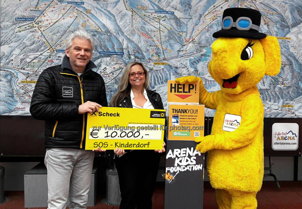 Franz Kranebitter (Zillertal Arena GF), Manuela Mader (SOS-Kinderdorf) : Zillertal Arena spendet € 10.000,- an SOS Kinderdorf : Fotocredit: Zillertal Arena, © Aussender (10.05.2016)