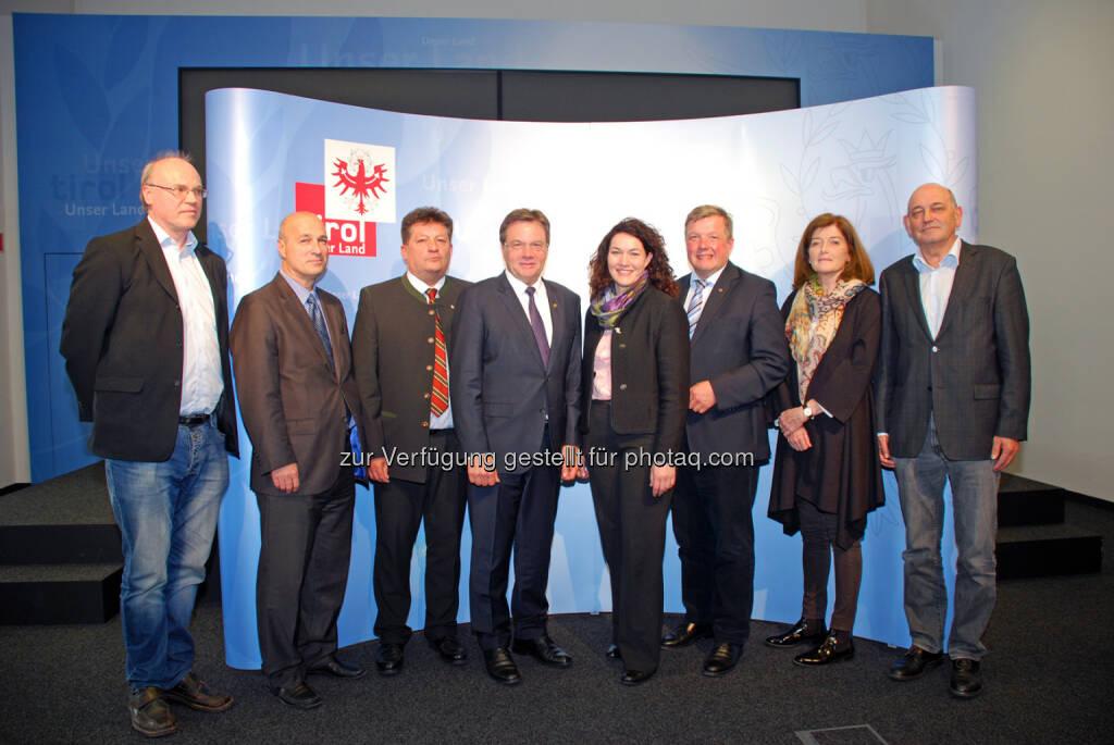 Gerhard Hödl (Zentralbetriebsrat Tirol Kliniken), Gerhard Seier (Landesvorsitzender GÖD Tirol), Ernst Schöpf (Präsident Tiroler Gemeindeverband), Günther Platter (LH), Ingrid Felipe (LHStv.), Bernhard Tilg (LR), Renate Larndorfer (Arge Klinikärzte Innsbruck), Ludwig Gruber (Kurienobmann Angestellte Ärzte Ärztekammer Tirol) : Einigung bei ÄrztInnen- und PflegerInnengehälter in Tirol : Fotocredit: Land Tirol/Schwarz, © Aussender (17.05.2016)