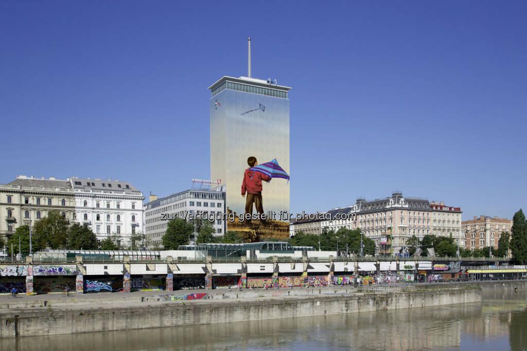 "Kunstinstallation des tschechischen Malers Ivan Exner : Ringturmverhüllung 2016: ""Sorgenfrei"" prägt das Wiener Stadtbild : Fotocredit: Robert Newald, © Aussendung (23.05.2016)"