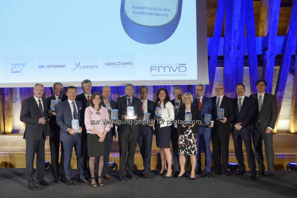 Erich Mayer (Präsident FMVÖ), Heinz Schuster (S Versicherung), Rupert Rieder (Österr. Sparkassengruppe), Wilhelm Kraetschmer (Österr. Sparkassenverband), Cornelia Edinger (Sopra Steria), Michael Zeman (easybank AG), Hermann Böckmann (S Bausparkasse), Gerhard Schöffmann (Kärntner Landesversicherung), Silvia Emrich (Zürich Versicherungs AG), Robert Sturn (Vorarlberger Landesversicherung), Brigitte Haider (Oberbank AG), Josef Trawöger (ÖBV), Erik Venningdorf (GRAWE), Thomas Friedlmayer (SAP), Arnold Schiechl (Netconomy) : 10 Jahre Finanz-Marketing Verband Österreich-Recommender - Awards an 11 Finanzinstitute verliehen : Fotocredit: FMVÖ/Bargad, © Aussendung (27.05.2016)