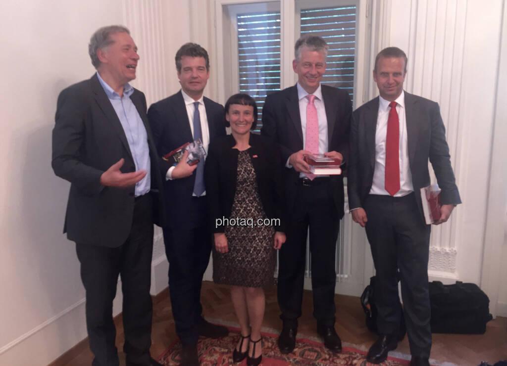 Wilhelm Rasinger (IVA), Marc Düngler (DSW), Andrea Wentscher (IR BASF), Tjark Schütte (IR Deutsche Post DHL), Holger Lüth (IR Buwog), © photaq.com / Martina Draper (3), dazu Handybilder  (02.06.2016)