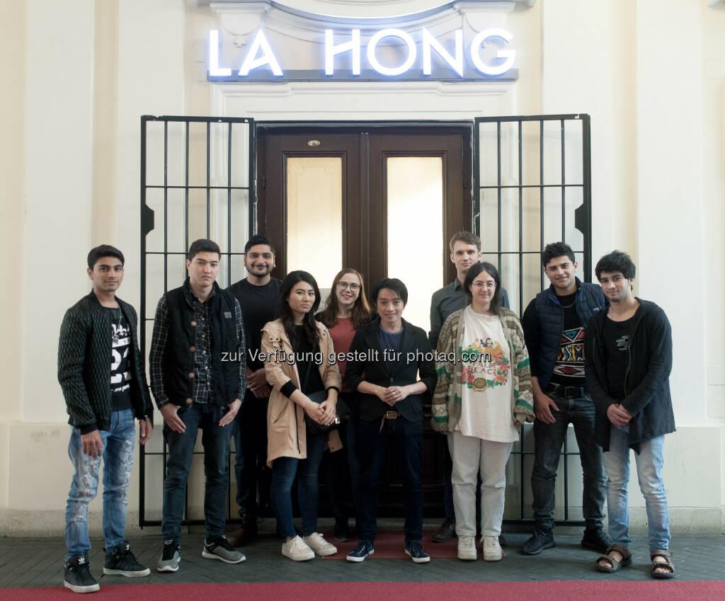 Nhut La Hong (Stardesigner), Flüchtlinge : Die #WELCOMEoida Leiberl Kollektion: Junge Flüchtlinge designen gemeinsam mit Modestar La Hong : Fotocredit: New Here./Mani Froh, © Aussender (07.06.2016)