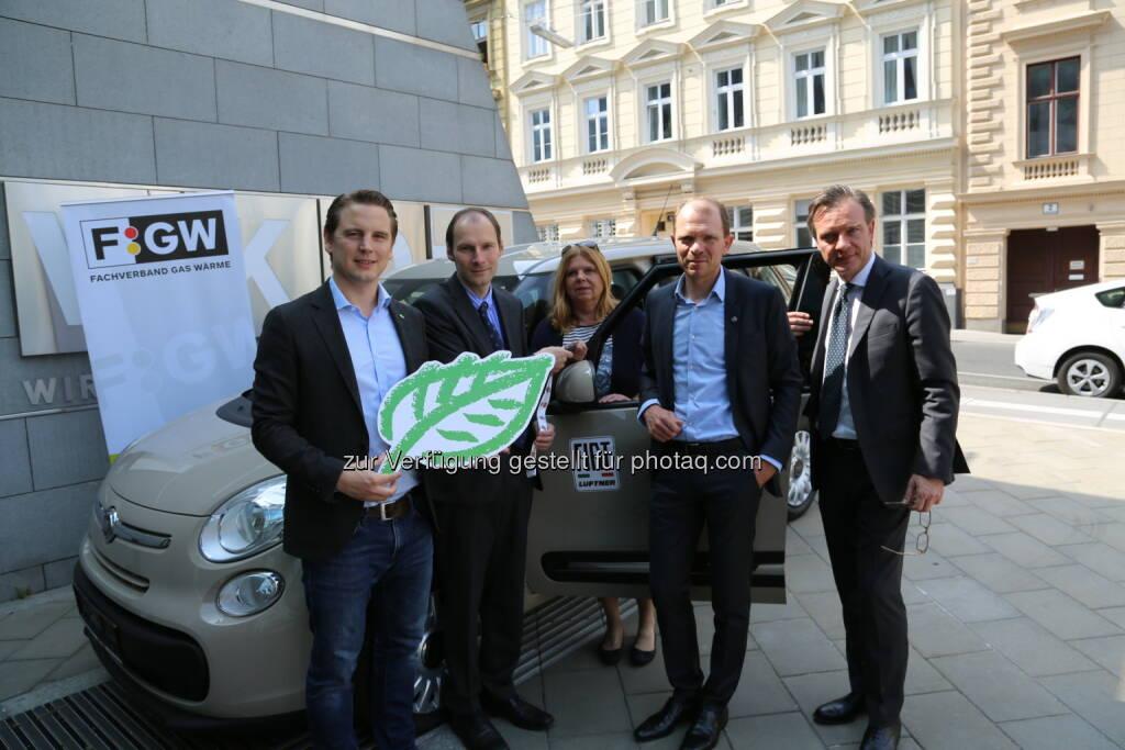 """Peter Jurik, Michael Mock, Irene Hauerstorfer (Gewinnerin), Harald Noessig, Luigi Pennella : Die Gewinnerin der Kampagne """"Wahre Helden fahren mit Erdgas"""" erhielt vom Fachverband der Gas- und Wärmeversorgungsunternehmungen (FGW) einen Fiat 500 L CNG : Fotocredit: FGW/Papp, © Aussendung (10.06.2016)"""