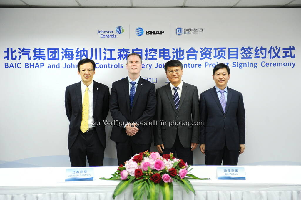 Kenneth Yeng (VP & GM China, Johnson Controls Power Solutions), Joe Walicki (President Johnson Controls Power Solutions), Chen Bao (President of BHAP), Lin Fenghua (Chairman of Bohai Piston) : Johnson Controls plant Expansionen in China und den USA : Fotocredit: Johnson Controls Power Solutions EMEA, © Aussender (14.06.2016)