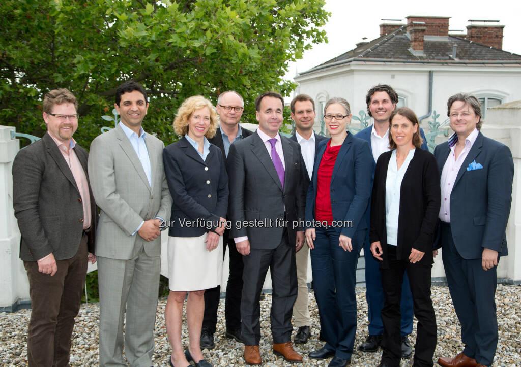 Ola Skanung (CFO Cyxone); Saad Gilani (Board Member Cyxon); Theresa Comiskey Olsen (Board Member Cyxone); Kjell Stenberg (CEO Cyxone); Bert Juno (Board Member Cyxone); Carsten Gründemann (Universität Freiburg); Michaela Fritz (Vizerektorin der MedUni Wien für Forschung und Innovation); Christian Gruber (Zentrum für Physiologie und Pharmakologie der MedUni Wien); Christiane Krcal (Technologietransfer/TTO der MedUni Wien); Mikael Lindstam (Board Member Cyxone) : Erfolgreicher Börsengang mit MedUni Wien-Patent : Schwedisches Unternehmen nimmt 2,5 Mio. EUR an Aktienkapital ein : Fotocredit: MedUni Wien/Matern, © Aussendung (16.06.2016)