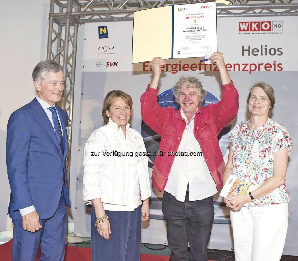 Peter Layr (EVN-Vorstandssprecher), Sonja Zwazl (WKNÖ-Präsidentin), Heini Staudinger (Waldviertler Werkstätten GmbH), Helga Kromp-Kolb (Juryvorsitzende) : Helios-Sonderpreis für Waldviertler Werkstätten GmbH : Fotocredit: WKNÖ/www.foto-kraus.at, © Aussendung (22.06.2016)