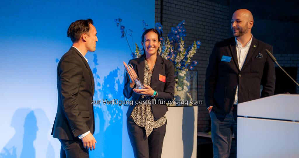 Mirko Zimmer (KeyAccount PayPal), Daniela Müller (Leiterin Onlinemarketing von myRobotcenter), Ralf Marschke (KeyAccount PayPal) : myRobocenter erhält den PayPal Merchant Award 2016 : Fotocredit: PayPal, © Aussendung (27.06.2016)