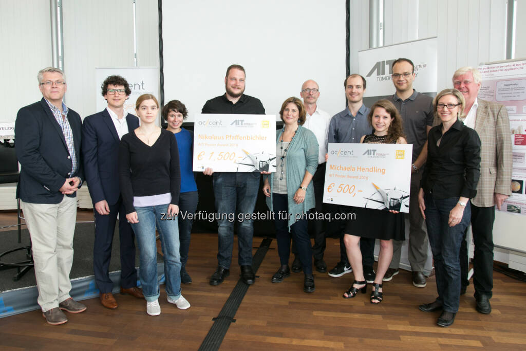 Jury, Gewinner und Teilnehmer des diesjährigen AIT Poster Awards : AIT, tecnet und accent fördern NachwuchsforscherInnen bei der Verwertbarkeit ihrer wissenschaftlichen Arbeit : Fotocredit: AIT/Rastegar, © Aussendung (27.06.2016)
