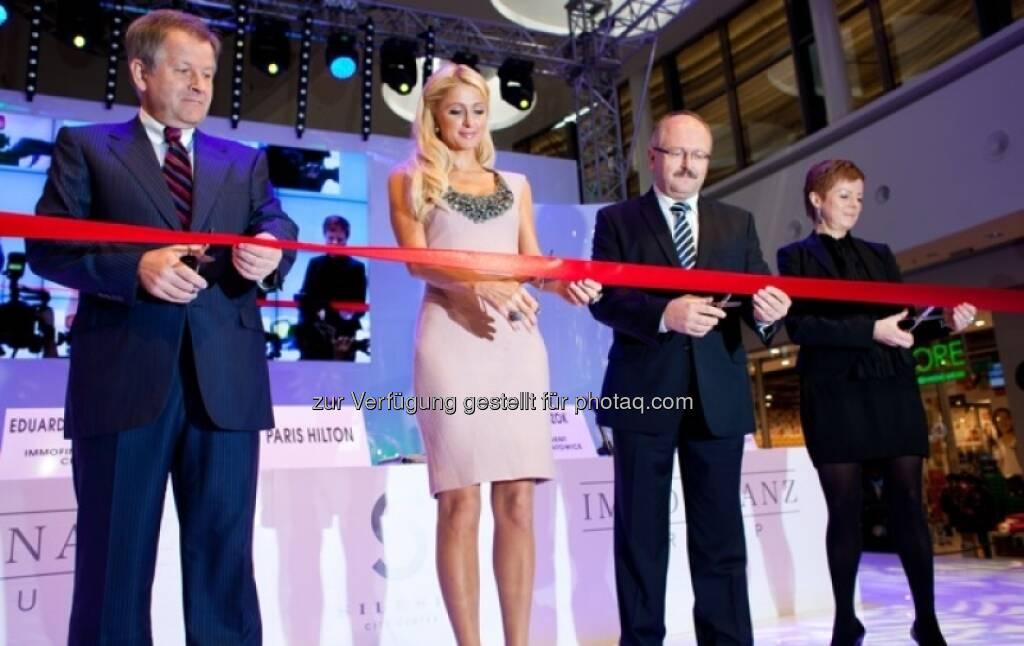 Immofinanz: Eduard Zehetner mit Paris Hilton, Zusammenhang siehe http://blog.immofinanz.com/de/2013/04/16/immofinanz-portfolio-in-anderen-zahlen-100-mio.-besucher-marathon-und-facebook-friends-/ (18.04.2013)