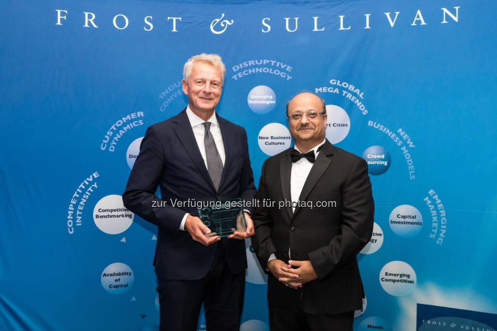 "Peter Hallberg (Leiter BT Europe North), Aroop Zutshi (Global President and Managing Partner bei Frost & Sullivan) : Siemens ist erneut ""European Building Technologies Company of the Year"" : Fotocredit: © Siemens AG, © Aussender (01.07.2016)"