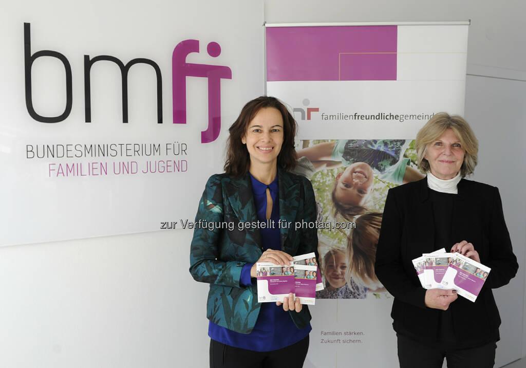 """Sophie Karmasin (Familienministerin), Gudrun Berger (Vorsitzende Unicef Österreich) : Einhundert österreichische Gemeinden im Unicef Zusatzzertifikat """"Kinderfreundliche Gemeinde"""" : Fotocredit: bmfj/Aigner, © Aussender (11.07.2016)"""