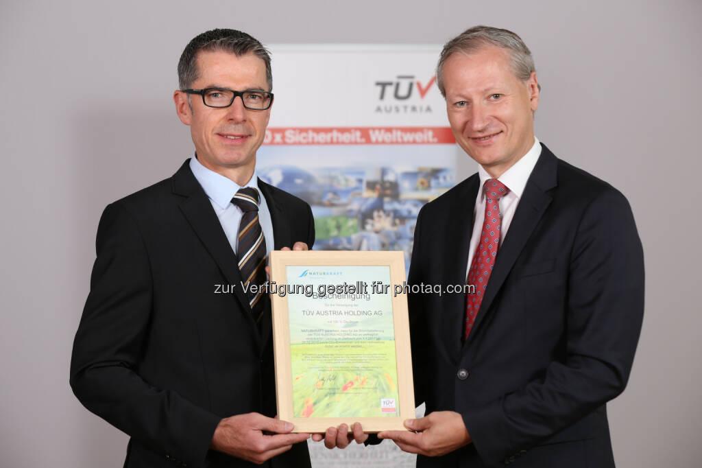 Leopold Wanzenböck (Naturkraft-GF), Stefan Haas (CEO der TÜV Austria-Gruppe) : TÜV Austria prüft Ökostrom von Naturkraft : Fotocredit: TÜV Austria , © Aussendung (18.08.2016)