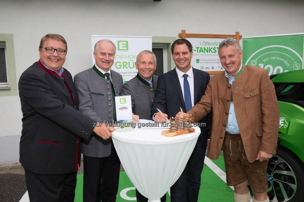 """Martin Graf (Vorstandsdirektor), Johann Seitinger (Landesrat), Christian Purrer (Vorstandssprecher), Michael Schickhofer (LH-Stv.), Erwin Gruber (Obmann Bgm.) : Naturpark Almenland und Energie Steiermark unterzeichnen Vertrag : """"Almo""""-Region wird in den kommenden Jahren komplett CO2-frei : Fotocredit: Energie Steiermark, © Aussendung (19.08.2016)"""