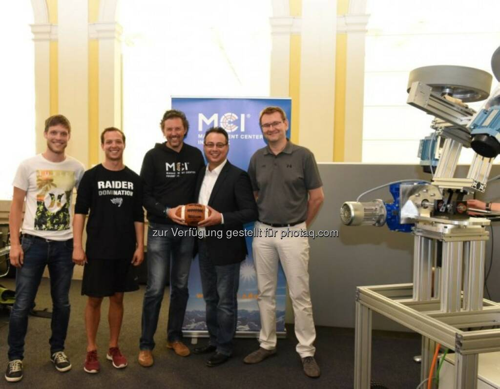 Bernhard Hollaus (MCI-Projektleiter), Julian Ebner (MCI-Student), Andreas Mehrle (Leiter MCI-Department Mechatronik), Shuan Fatah (Head Coach, Swarco Raiders Tirol), Gerwin Wichmann (General Manager, Swarco Raiders Tirol) : Swarco Raiders Tirol trainieren mit MCI-Technologie : Fotocredit: MCI, © Aussendung (01.09.2016)