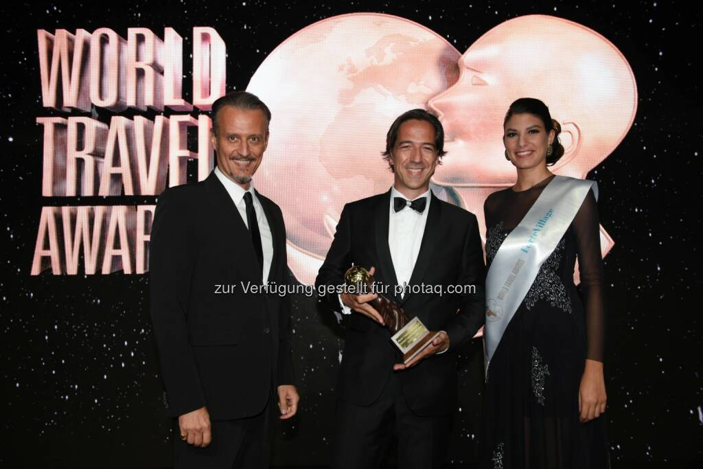 "Simeone Latini (Gastgeber World Travel Awards), Axel Pfefferkorn (Direktor Aurelio) :  Hotel & Chalet Aurelio Lech als ""Austria's Leading Boutique Hotel 2016"" ausgezeichnet : Fotocredit: World Travel Awards, © Aussendung (06.09.2016)"