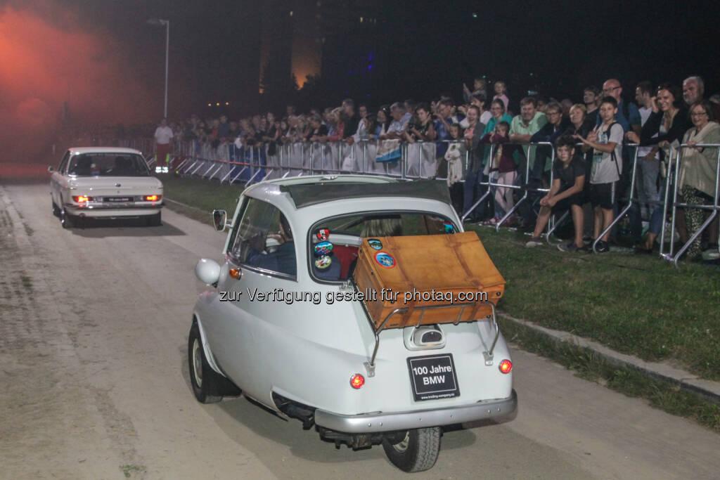 BMW Isetta bei der Linzer Klangwolke : 100 Jahre BMW und 50 Jahre Johannes Kepler Universität – bei der Linzer Klangwolke gab es gleich mehrere Jubiläen zu feiern : BMW lud die Besucher mit einem Fahrzeugkonvoi auf eine Zeitreise durch die Geschichte der Mobilität : Fotocredit: BMW @ Linzer Klangwolke 2016 (11.09.2016)