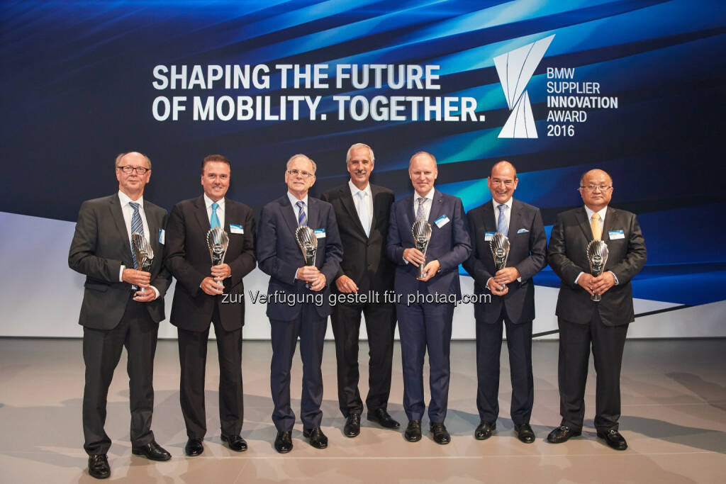 Thomas Schott (Siemens AG), Tony Hankins (Huntsman Polyurethanes), Paul Ricci (Nuance Communications), Klaus Draeger (Vorstand der BMW AG für Einkauf und Lieferantennetzwerk), Holger Engelmann (Webasto Roof & Components SE), Erwin Doll (Röchling Automotive), Jonghwa Chin (Minth Group Ltd.) : BMW Group zeichnet Lieferanten für beste Innovationen aus. Verleihung des BMW Supplier Innovation Award : Fotocredit ©BMW Group, © Aussendung (30.09.2016)