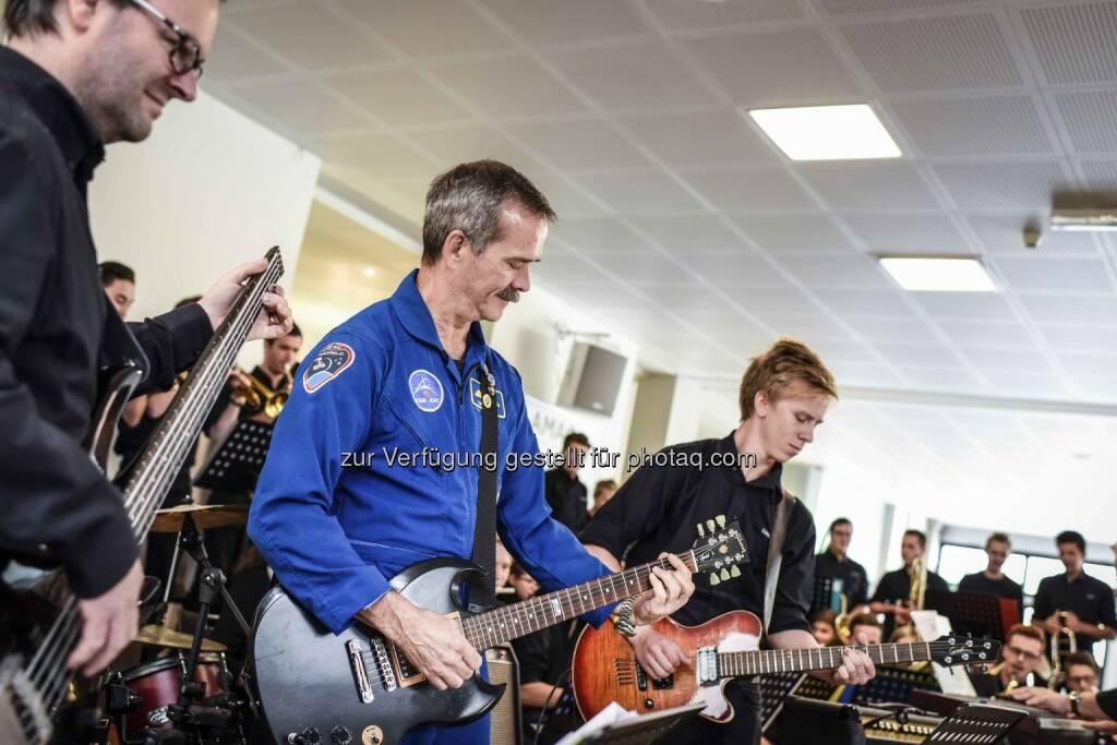 """Chris Hadfield (US-Astronaut), Schüler der Bigband HTL-Braunau : Besuch aus dem """"Weltraum"""" : Amag begrüßt Astronauten in Ranshofen : Fotocredit: Amag, © Aussender (06.10.2016)"""