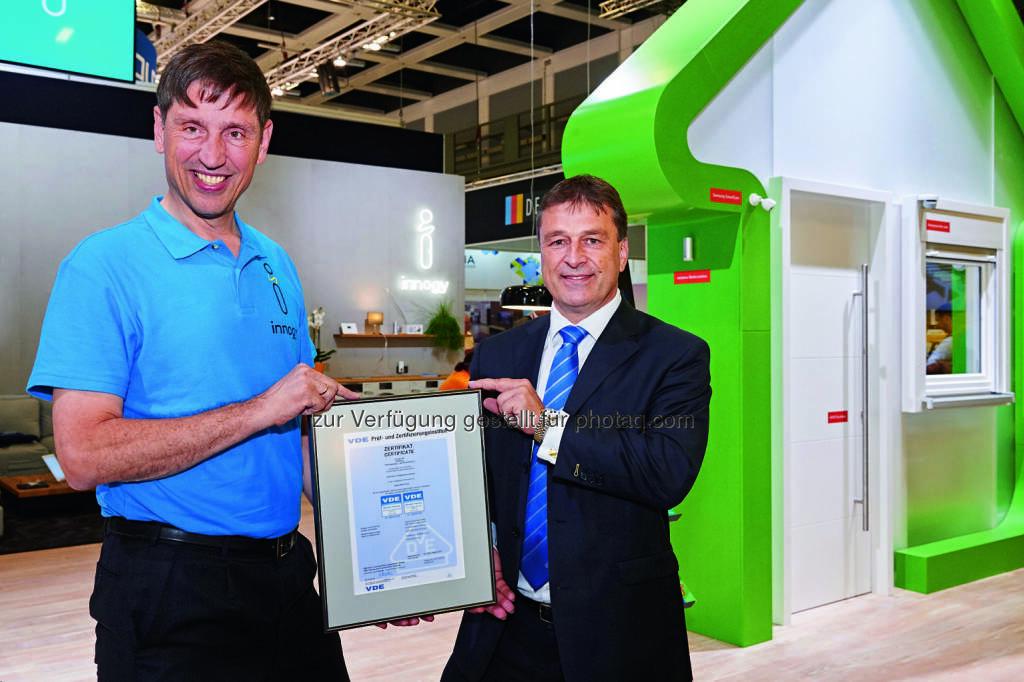 Norbert Verweyen (Geschäftsbereichsleiter Effizienz bei innogy), Wolfgang Niedziella (GFdes VDE.) : Zertifikat für die Datensicherheit von innogy SmartHome : Fotocredit © innogy 2016, © Aussendung (11.10.2016)