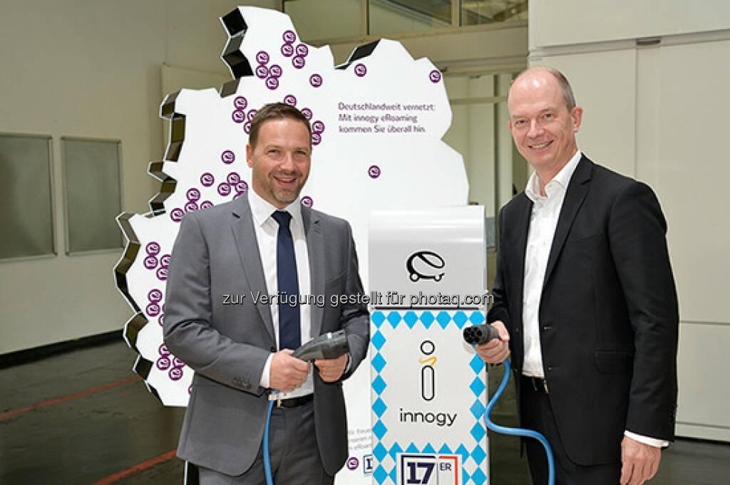 Christian Eichberger (GF der 17er Oberlandenergie GmbH), Dietrich Gemmel (Leiter Privatkunden Deutschland bei innogy SE) : Start einer Kooperation für Elektromobilität auf der eCarTec : Fotocredit © innogy SE, © Aussendung (19.10.2016)