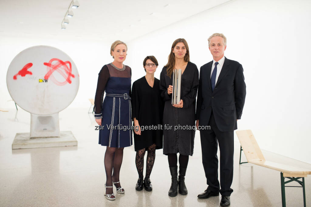 Karola Kraus (Direktorin mumok), Marianne Dobner (Kuratorin mumok), Anna-Sophie Berger (Künstlerin), Georg Kapsch (CEO Kapsch Group) : Verleihung des Kapsch Contemporary Art Prize 2016 im mumok : Fotocredit © Kapsch AG/Photo: Martin Hörmandinger, © Aussendung (21.10.2016)