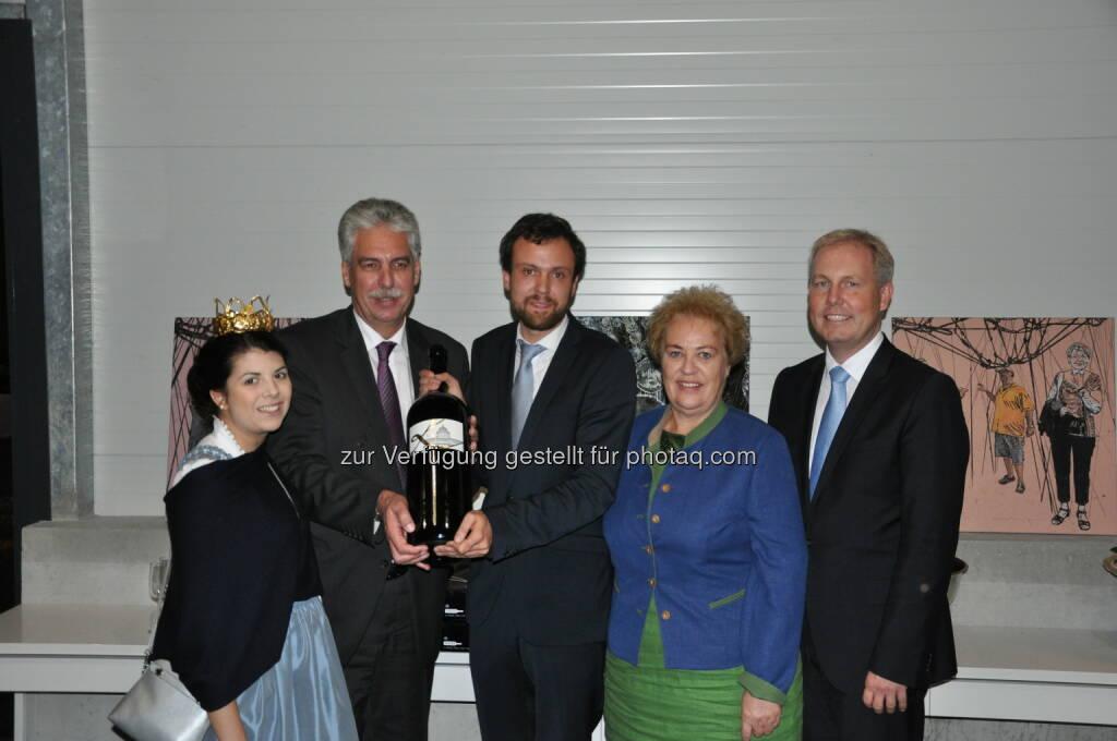 """Anna Reichardt (Burgenländische Weinkönigin), Hans-Jörg Schelling (Finanzminister), David Kerschbaum (Winzer, Weingut Kerschbaum), Verena Dunst (Agralandesrätin, Bgld.), Paul Frey (Kaufm. GF des KHM-Museumsverbands) : Finanzminister Schelling übernimmt Patenschaft für KHM-Jubiläumswein """"K125"""" (Blaufränkisch Jahrgang 2012, Riede Dürrau) : Fotocredit: KHM-Museumsverband, © Aussendung (26.10.2016)"""