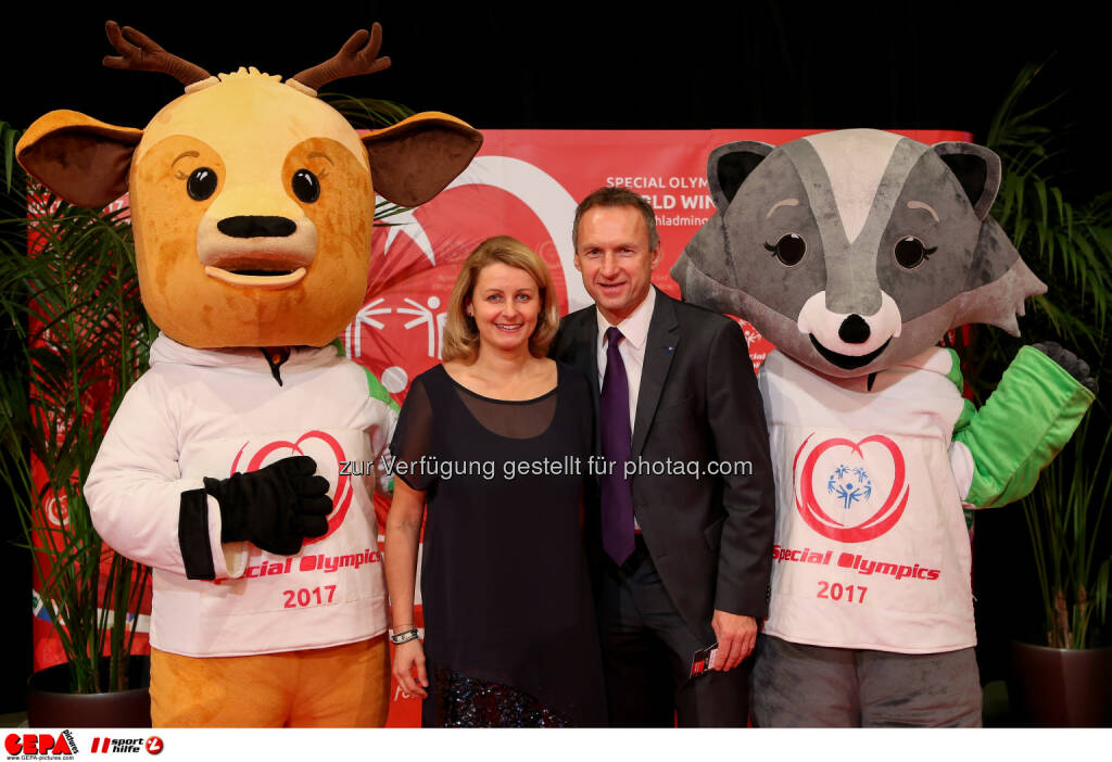 Anton Pfeffer with his wife and the mascots Luis and Lara Photo: GEPA pictures/ Christian Walgram (28.10.2016)