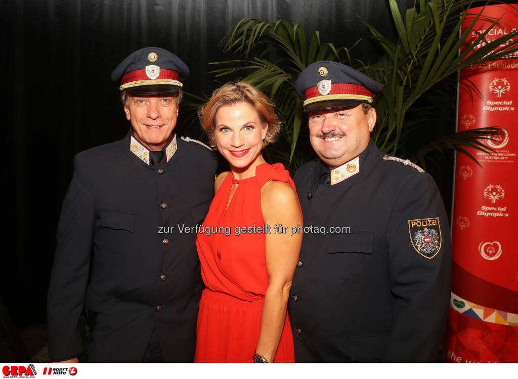 Christina Sprenger and policemen Photo: GEPA pictures/ Hans Oberlaender (28.10.2016)