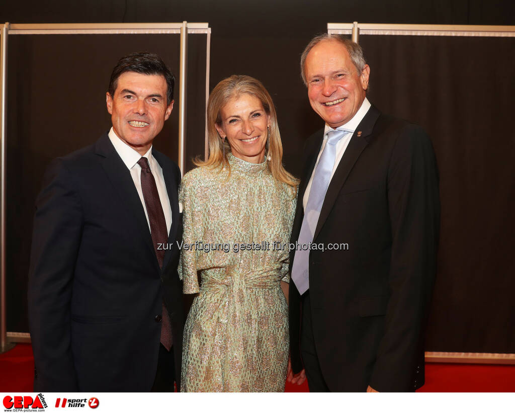 Hubert Neuper with his wife Claudia and Peter Mennel Photo: GEPA pictures/ Hans Oberlaender (28.10.2016)