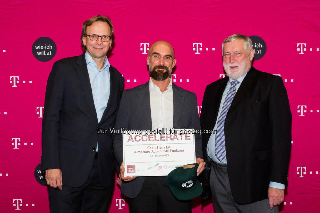 """Andreas Bierwirth, CEO T-Mobile Austria, Matthias Monreal, 1. Platz TUN-Fonds mit dem Projekt InterprAID, Franz Fischler, EU-Kommisar a.D., TUN Juryvorsitzender. - T-Mobile: Dolmetsch-Onlineplattform """"InterprAID"""" belegt ersten Platz beim T-Mobile Nachhaltigkeitspreis (Bild: T-Mobile/Marlena König), © Aussendung (09.11.2016)"""