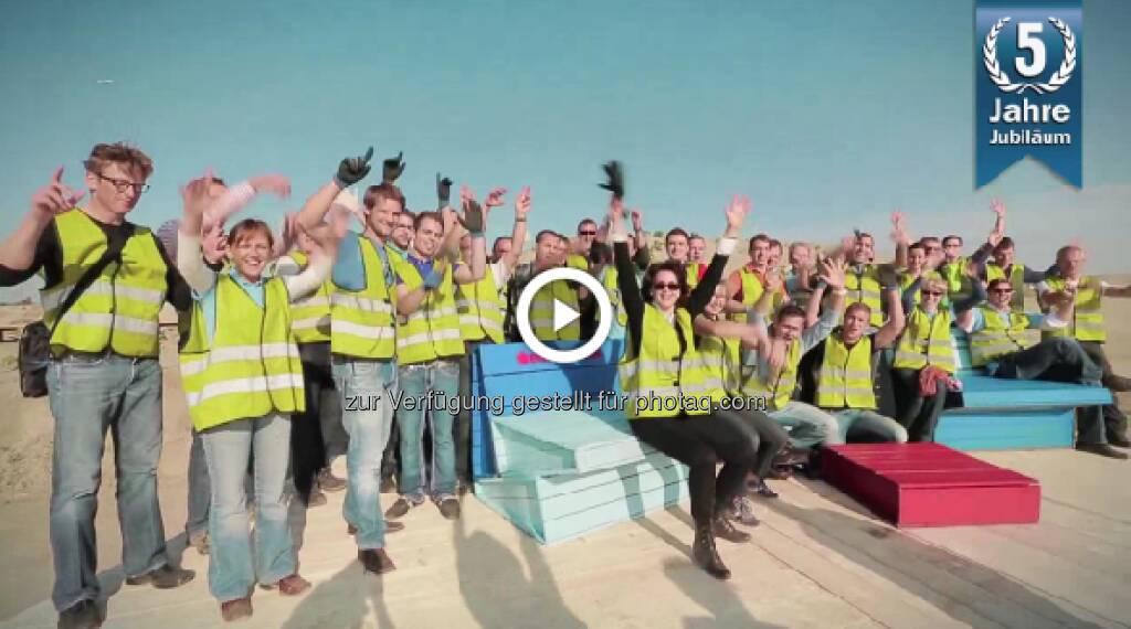 Erste Immobilienfonds feiert fünften Geburtstag u.a. mit einem Video, empfehlenswert, gut gemacht http://www.erste-am.at/de/private_anleger/news/fonds-tv/5JahreErsteErsteImmobilienfonds (03.05.2013)