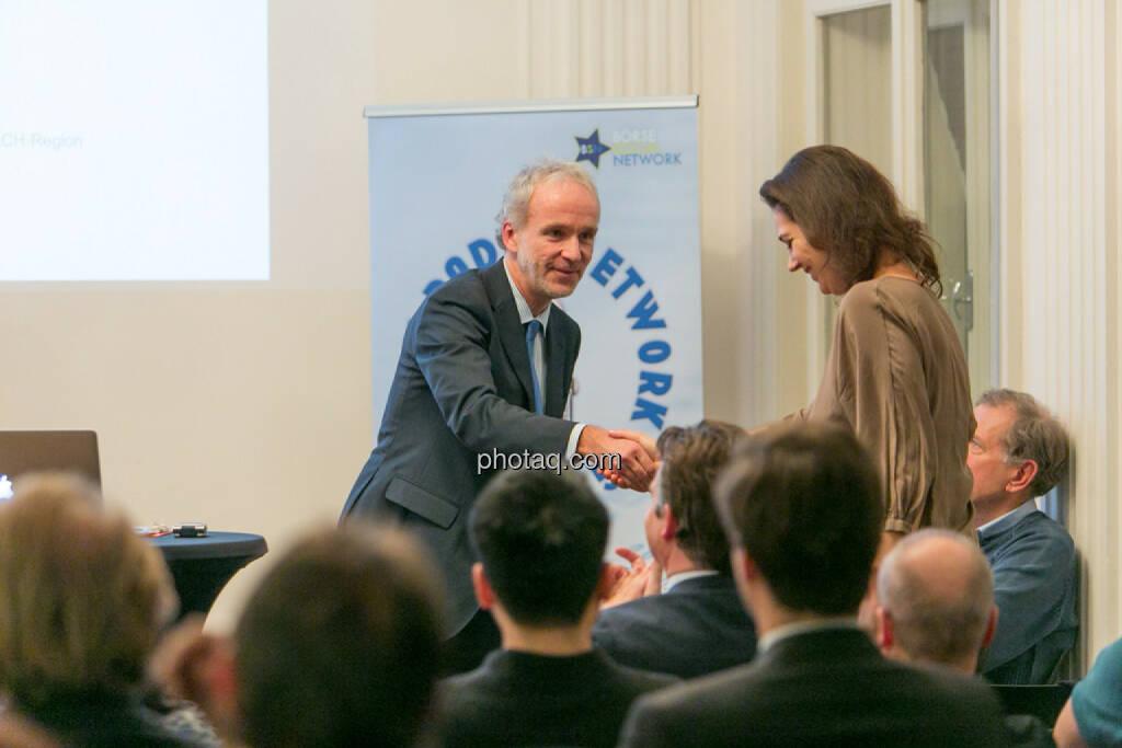 Handshake Christian Drastil (BSN), Christine Reitsamer (Baader Bank), © Martina Draper/photaq (27.11.2016)