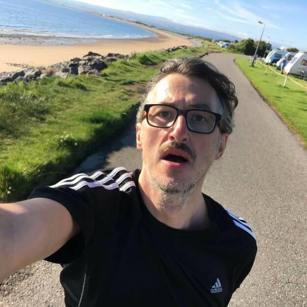 Josef Chladek Ein einprägsamer Moment, laufen im August in Schottland bei knapp 10 Grad - und Martina hat an der Fotografier-Haltung durchaus zurecht was auszusetzen :-) - Voten und/oder auch sich selbst nominieren unter http://www.facebook.com/groups/Sportsblogged (26.12.2016)