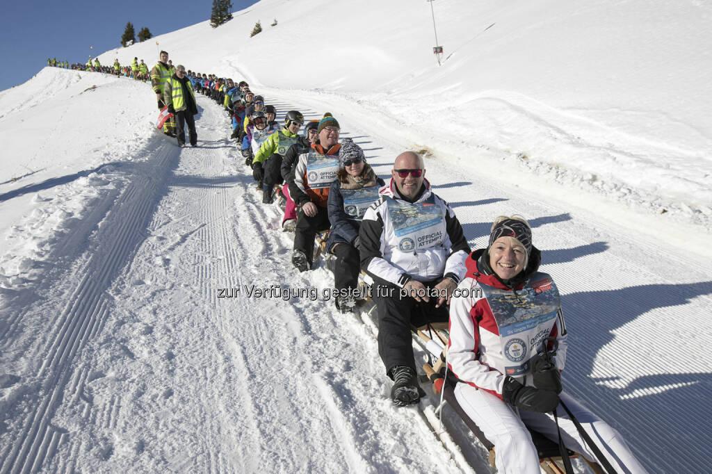 """anhaus werbemanufaktur GmbH: Weltrekord in der Wildkogel-Arena – """"Die längste Rodlerkette der Welt"""" (C) Bergbahnen Wildkogel, © Aussender (23.01.2017)"""