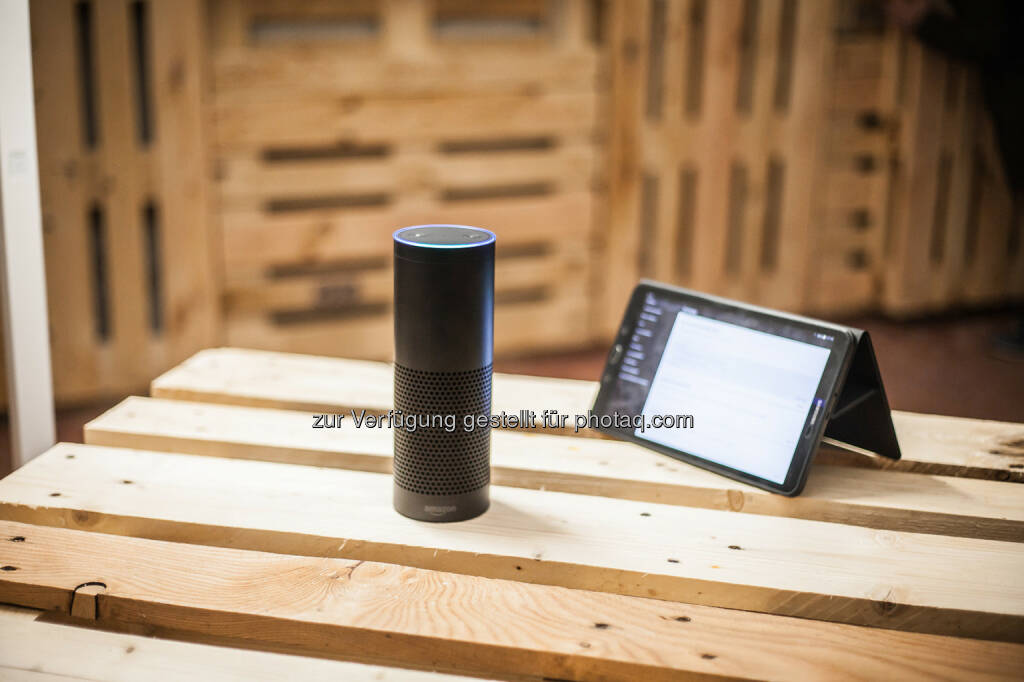 Amazon ECHO und Philips Standleuchte auf dem Smart Home – Popup Showroom - wüsterstrom: SMART HOME Themenmonat & Popup Showroom in Wien (Fotocredit: wüsterstrom), © Aussendung (28.02.2017)