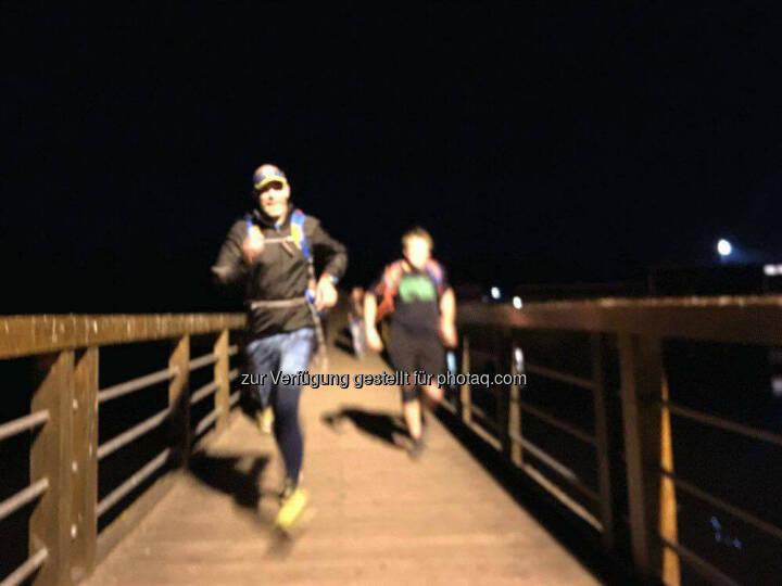 Roman Tacho, laufen, Brücke, Nacht, finster