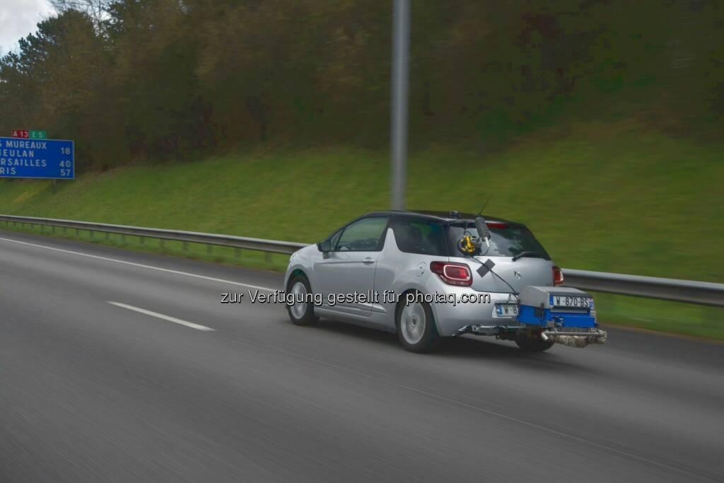DS 3 mit tragbarem Emissionsmessgeräts - Groupe PSA: Groupe PSA ermittelte Verbrauchswerte unter Realbedingungen für 1.000 Fahrzeugversionen der Marken Peugeot, Citroën und DS Automobiles (Fotocredit: Groupe PSA), © Aussender (13.03.2017)