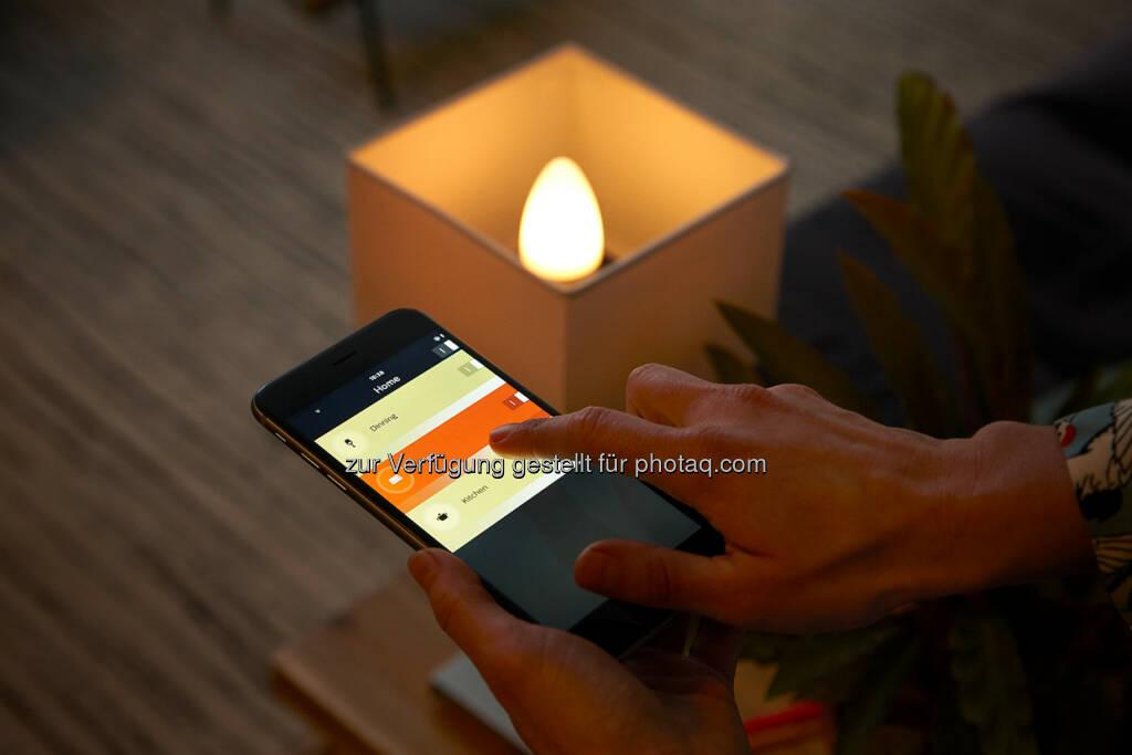 Die Lichtsteuerung ist vielfältig: per App auf dem Smartphone oder Tablet, mit Sprachsteuerung wie zB Apple Siri oder Amazon Alexa oder auch händisch mit einem Tab oder einem Dimm-Schalter - Philips Lighting Austria GmbH: Smarte Kerzenlichtstimmung: Zwei neue Philips Hue-Lampen mit E14-Fassung ab April erhältlich (Fotocredit: Philips Lighting) (17.03.2017)