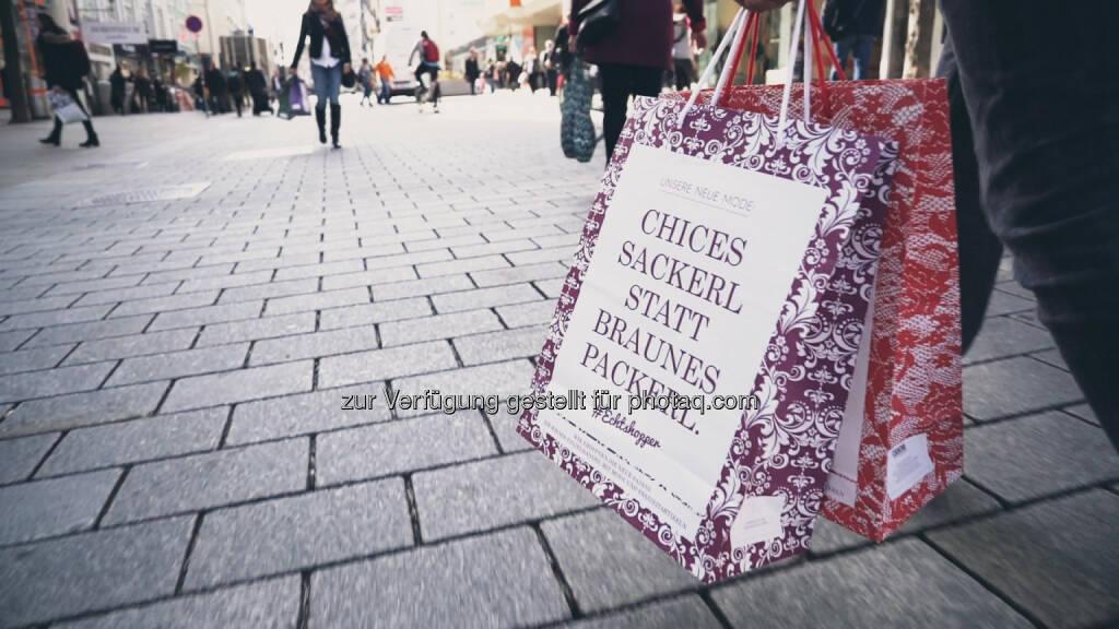 Die #Echtshopper-Tragtasche als visueller Eye-Catcher der Kampagne wird in den nächsten Tagen in vielen Modefachgeschäften an die Kunden verteilt. Echtshopper - steht für echte Einkaufsglücksgefühle, echte Beratung und echte Arbeitsplätze in Wien! - Wirtschaftskammer Wien: WK Wien: Modehandel sagt mit #Echtshopper-Kampagne internationalem Online-Handel den Kampf an (Fotocredit: David Bohmann), © Aussender (17.03.2017)
