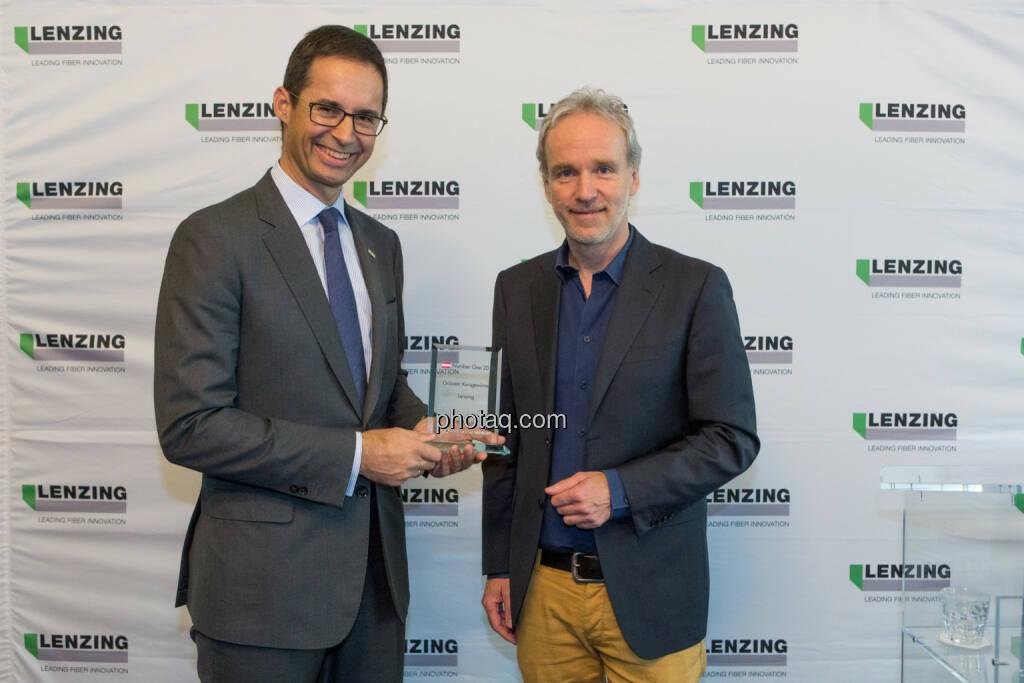 Stefan Doboczky (Lenzing), Christian Drastil (BSN) - Number One Awards 2016 - Grösster Kursgewinner Lenzing, © photaq/Martina Draper (22.03.2017)
