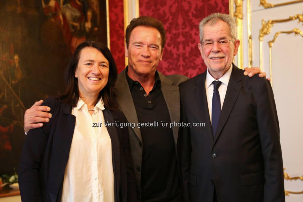 Arnold Schwarzenegger und Monika Langthaler trafen sich zu einem Arbeitsgespräch mit Bundespräsident Alexander Van der Bellen in der Wiener Hofburg - brainbows informationsmanagement gmbh: AUSTRIAN WORLD SUMMIT startet im Juni mit Arnold Schwarzenegger (Fotograf: Martin Hesz / Fotocredit: brainbows), © Aussender (30.03.2017)