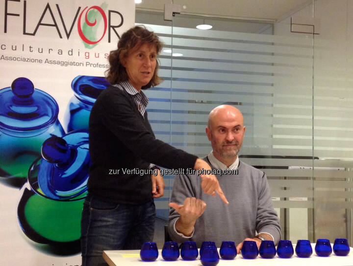 Die Verkostungsprofis aus Italien erklären die Olivenöl-Verkostungstechnik - AromaTisch: Zum Olivenöl-Profi werden (Fotocredit: AromaTisch)