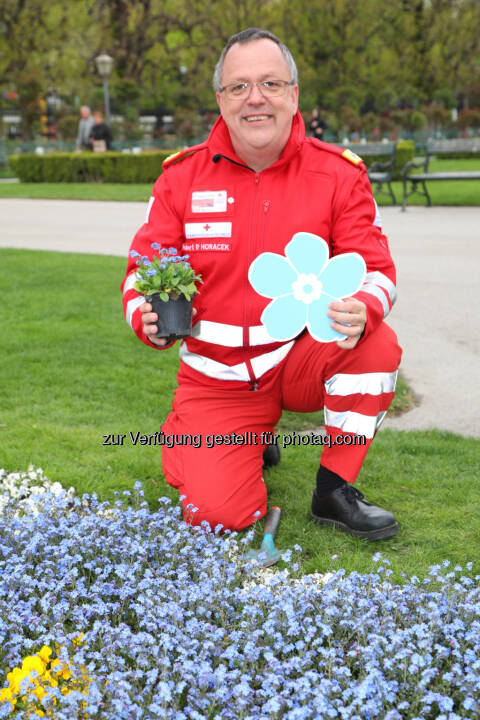 Robert Horacek, stv. Landesgeschäftsleiter des Wiener Roten Kreuzes, bedankt sich bei den TestementspenderInnen. - Wiener Rotes Kreuz: Wiener Rotes Kreuz bedankt sich bei Testamentsspendern (Fotograf: WRK / Fundraisingverband)