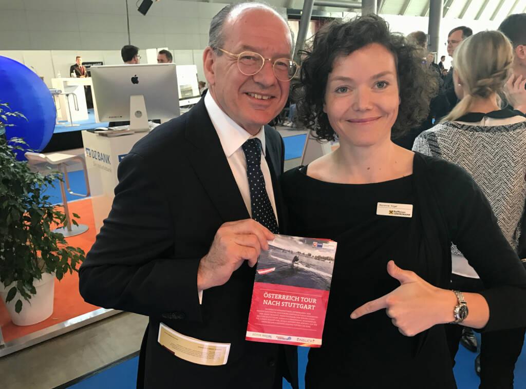 Michael Spiss, Marianne Kögel (Raiffeisen) mit dem Mini-  http://www.boerse-social.com/magazine , beigelegt bei http://markteinblicke.de #invest2017 (09.04.2017)