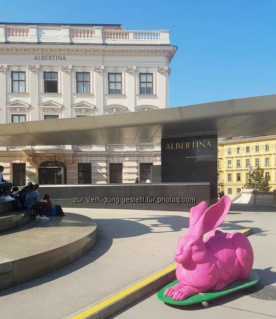 Hörl-Skulptur vor der Albertina - Albertina: HASENWOCHE in der Albertina (Fotocredit: Albertina, Wien), © Aussender (11.04.2017)