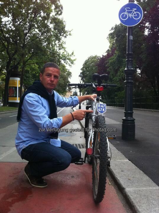 FPÖ-Verkehrssprecher Stadtrat Toni Mahdalik mit Fahrrad-Nummerntaferl - FPÖ Wien: FP-Mahdalik: SPÖ, Grüne und ÖVP haben Nummerntaferln für Fahrräder stets abgelehnt (Fotograf: Luke Mahdalik / Fotocredit: FPÖ-Wien)