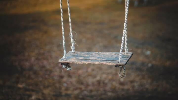 Schaukel, Swing, schaukeln (Bild: Pixabay/qimono https://pixabay.com/de/schaukel-spielen-kindheit-spaß-1350654/ )