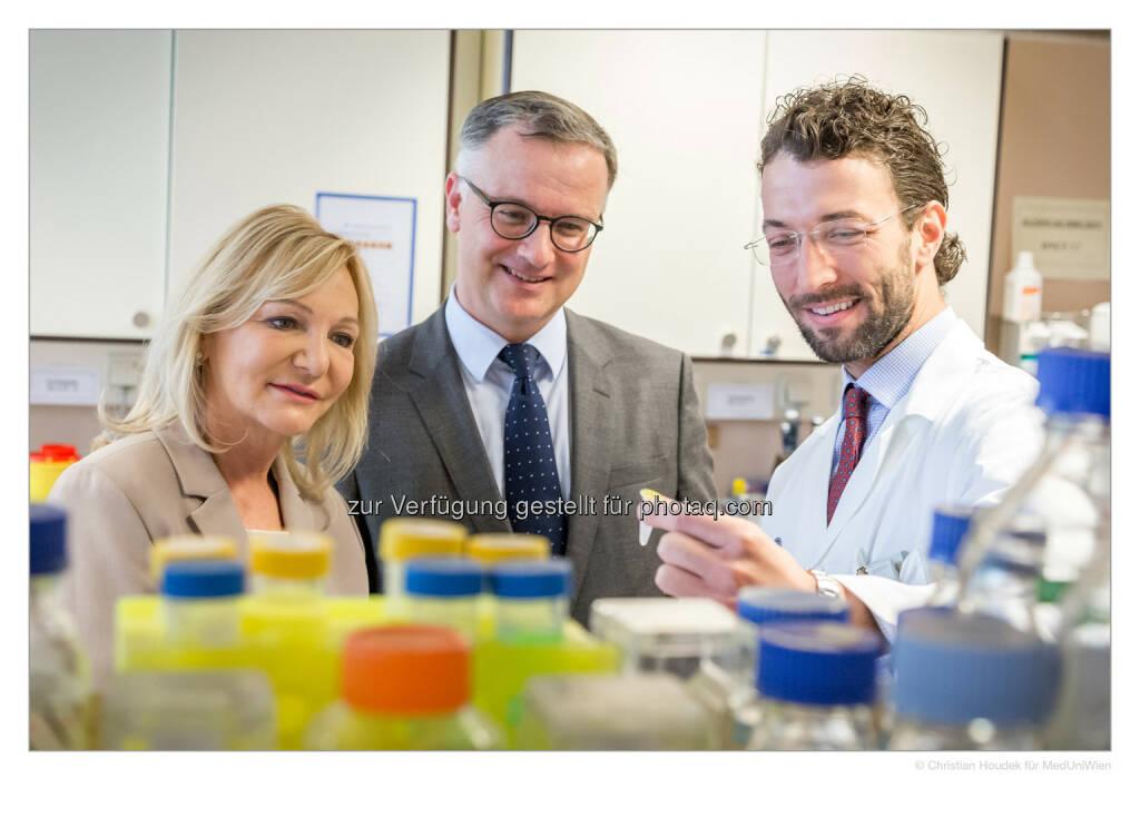 Ingrid Flick mit Rektor Markus Müller und Heinrich Husslein - Medizinische Universität Wien: Vielversprechender Biomarker zur Diagnose von Endometriose identifiziert (Bild: MedUni Wien/Houdek), © Aussender (18.04.2017)